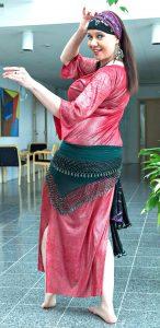 Itämaisen tanssin opettaja Reija Palttala poseeraa tanssiasussa.